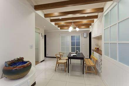採用一點點的木作格柵增加室內的溫度:  餐廳 by 弘悅國際室內裝修有限公司
