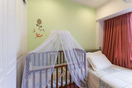 溫馨可愛的育嬰室:  嬰兒/兒童房 by 弘悅國際室內裝修有限公司