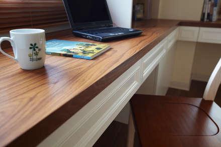 點單的柚木檯面讓空間不至於白色到冷,也增加耐用度:  書房/辦公室 by 弘悅國際室內裝修有限公司