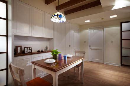 整體色系以白色為主,搭配不同形式的線條造型作為空間區分的表現:  餐廳 by 弘悅國際室內裝修有限公司