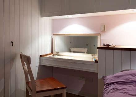 整個空間的元素簡單清爽,讓雜物整齊的收納,主臥室也使用浪漫的紫色增添風味:  臥室 by 弘悅國際室內裝修有限公司
