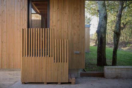 CASA MODULAR DE HORMIGÓN DE ISABEL & CÉSAR: Garajes de estilo minimalista de ADDOMO