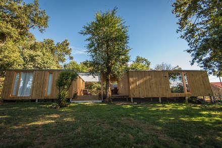 CASA MODULAR DE MADERA HÉCTOR & PURI: Jardines de estilo escandinavo de ADDOMO