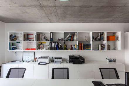 Edificio Tucumán: Estudios y oficinas de estilo moderno por Garnerone + Ramos Arq.
