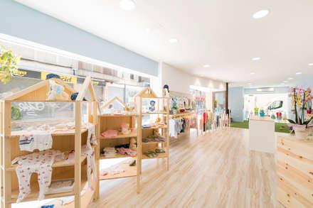 Petitons, tienda de ropa infantil: Espacios comerciales de estilo  de Silvia R. Mallafré