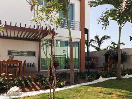 Jardines de estilo tropical por homify