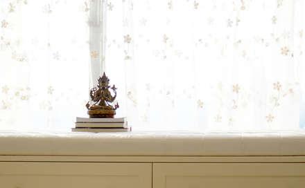 Căn hộ Tân Cổ Điển Lãng Mạn ở Thăng Long No1:  Cửa sổ & cửa ra vào by Công ty cổ phần NỘI THẤT AVALO