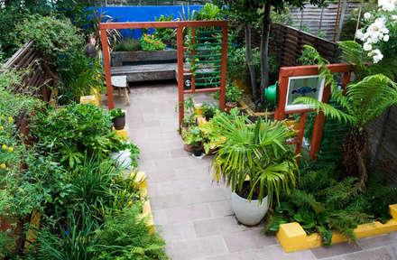 Small Mexican garden design: mediterranean Garden by Earth Designs