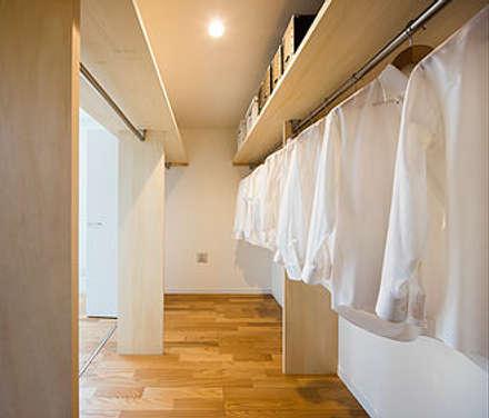 収納も回遊式: 株式会社小木野貴光アトリエ一級建築士事務所が手掛けたウォークインクローゼットです。