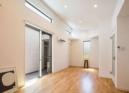 プライバシーと開放感の両立: 株式会社小木野貴光アトリエ一級建築士事務所が手掛けたリビングです。
