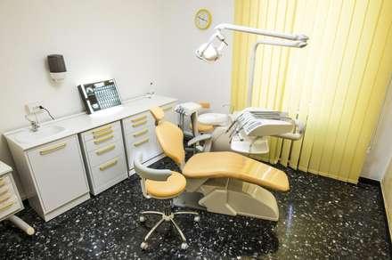 La prima sala operativa: Cliniche in stile  di Architetto Zappia Luca