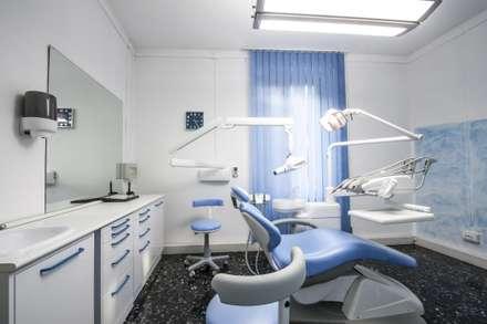La seconda sala operativa: Cliniche in stile  di Architetto Zappia Luca
