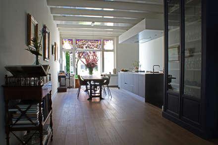 Verbouw monumentale woning: eclectische Keuken door studio architecture