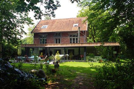 Renovatie en uitbreiding vrijstaande woning: landelijke Huizen door studio architecture