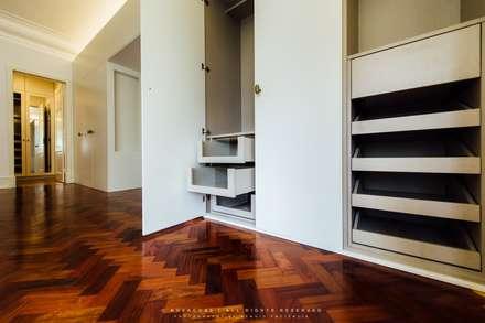 Apartamento Avenida António Augusto de Aguiar: Closets ecléticos por NOVACOBE - Construção e Reabilitação, Lda.