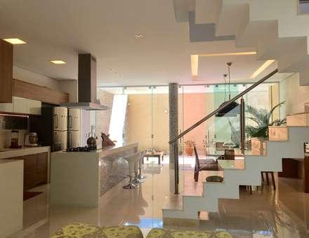 Casa guá: Corredores, halls e escadas modernos por Collevatti Arquitetura