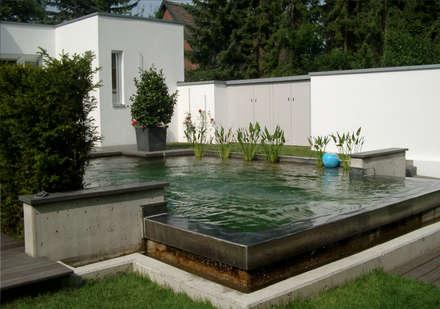 """Ein minimalistischer Pool, erhaben als """"Wassertisch""""....: minimalistischer Pool von 2kn Architekt + Landschaftsarchitekt"""