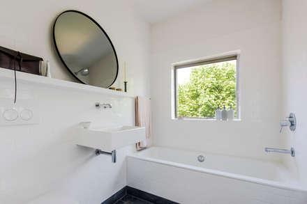 Bathroom: modern Bathroom by Deirdre Renniers Interior Design