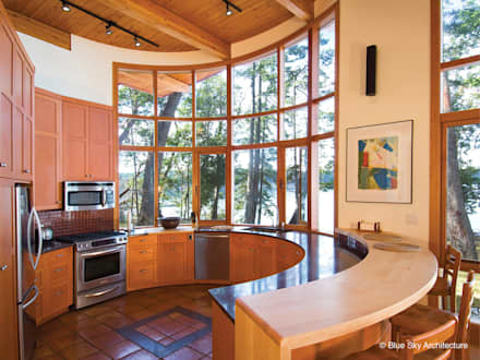 Circular Kitchen: modern Kitchen by Helliwell + Smith • Blue Sky Architecture