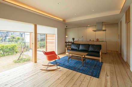 倉坂の家: 五藤久佳デザインオフィス有限会社が手掛けたリビングです。