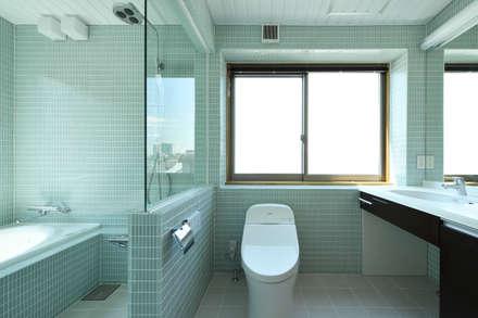 洗面・浴室: 株式会社ラウムアソシエイツ一級建築士事務所が手掛けた浴室です。