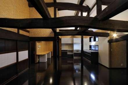 キッチン、ダイニングルーム: 株式会社ラウムアソシエイツ一級建築士事務所が手掛けたキッチンです。