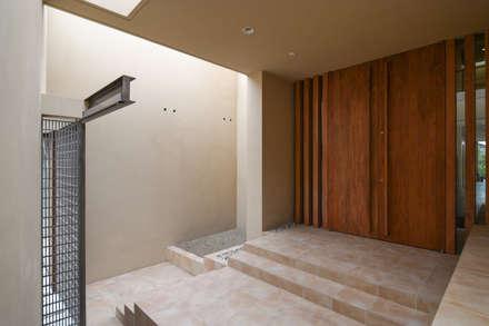 伊集院の住宅: アトリエ環 建築設計事務所が手掛けた玄関・廊下・階段です。