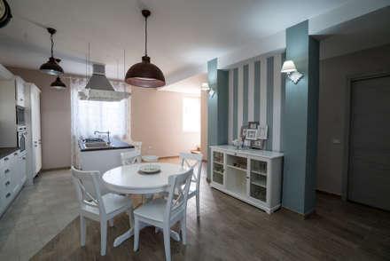 Appartamento Stile Shabby Chic Rustico: Sala da pranzo in stile in stile Rustico di T_C_Interior_Design___
