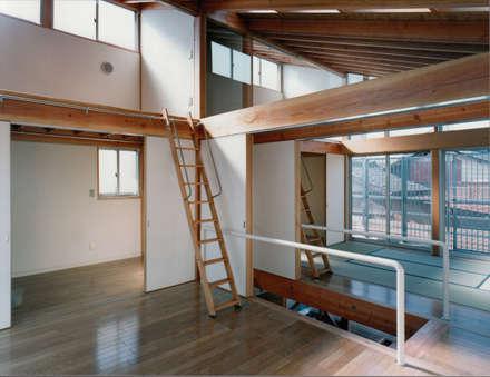 2階洋室(子供室): 株式会社ラウムアソシエイツ一級建築士事務所が手掛けた子供部屋です。