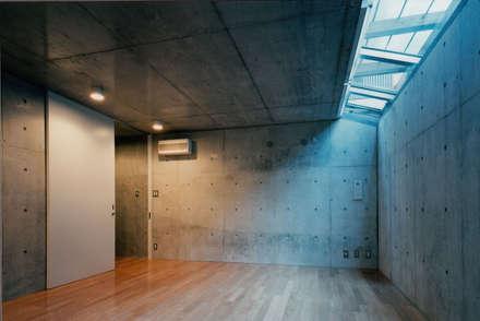minimalistic Gym by 株式会社ラウムアソシエイツ一級建築士事務所