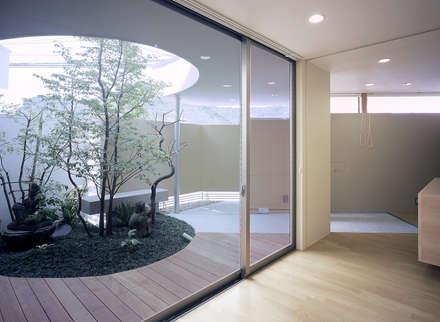 薬師の住宅: アトリエ環 建築設計事務所が手掛けた玄関・廊下・階段です。