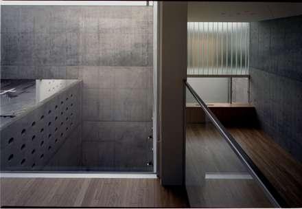 2階階段ホール: 株式会社ラウムアソシエイツ一級建築士事務所が手掛けた玄関・廊下・階段です。
