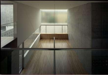 2階吹き抜け: 株式会社ラウムアソシエイツ一級建築士事務所が手掛けた玄関・廊下・階段です。
