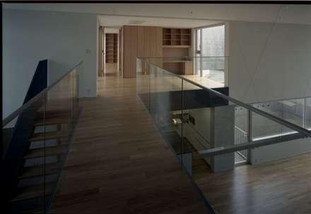 2階若夫婦世帯: 株式会社ラウムアソシエイツ一級建築士事務所が手掛けた書斎です。