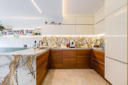 """Für Liebhaber von natürlichen Materialien, die nicht auf das """"Moderne"""" verzichten wollen: moderne Küche von Horst Steiner Innenarchitektur"""