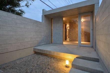飯牟礼の住宅: アトリエ環 建築設計事務所が手掛けた庭です。