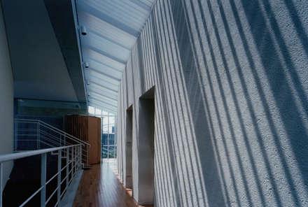 2階廊下: 株式会社ラウムアソシエイツ一級建築士事務所が手掛けた玄関・廊下・階段です。