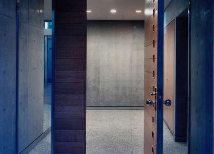 玄関ホール: 株式会社ラウムアソシエイツ一級建築士事務所が手掛けた玄関・廊下・階段です。