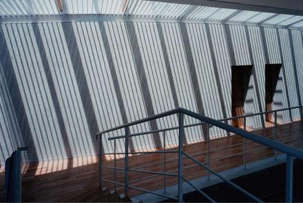 2階吹き抜け廊下: 株式会社ラウムアソシエイツ一級建築士事務所が手掛けた玄関・廊下・階段です。
