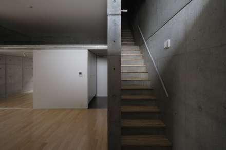 2階妹の家エントランス階段: 株式会社ラウムアソシエイツ一級建築士事務所が手掛けた玄関・廊下・階段です。