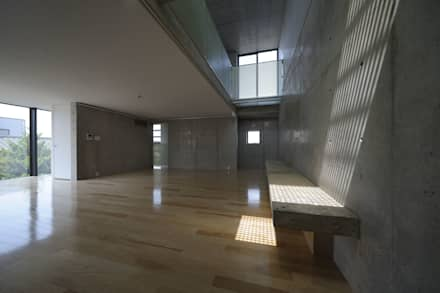 兄の家リビング: 株式会社ラウムアソシエイツ一級建築士事務所が手掛けたリビングです。