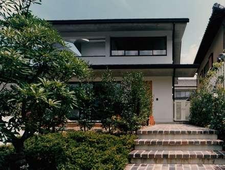 ポーチ: 株式会社ラウムアソシエイツ一級建築士事務所が手掛けた家です。