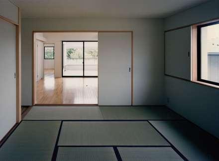 2階寝室・和室(タンス部屋): 株式会社ラウムアソシエイツ一級建築士事務所が手掛けたウォークインクローゼットです。