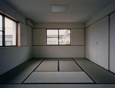 タンス部屋: 株式会社ラウムアソシエイツ一級建築士事務所が手掛けたウォークインクローゼットです。