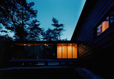 エントランス北面夜景: 株式会社ラウムアソシエイツ一級建築士事務所が手掛けた家です。