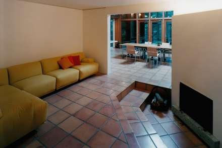 リビング・暖炉: 株式会社ラウムアソシエイツ一級建築士事務所が手掛けたリビングです。