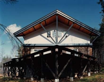 南面テラス: 株式会社ラウムアソシエイツ一級建築士事務所が手掛けたベランダです。