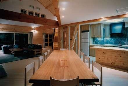 colonial Dining room by 株式会社ラウムアソシエイツ一級建築士事務所