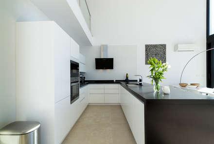 Blanco: Cocinas de estilo minimalista de Home & Haus | Home Staging & Fotografía