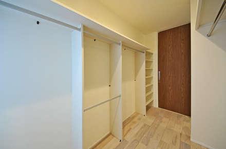主寝室の一画のクローゼットコーナー: エヌスペースデザイン室が手掛けたウォークインクローゼットです。